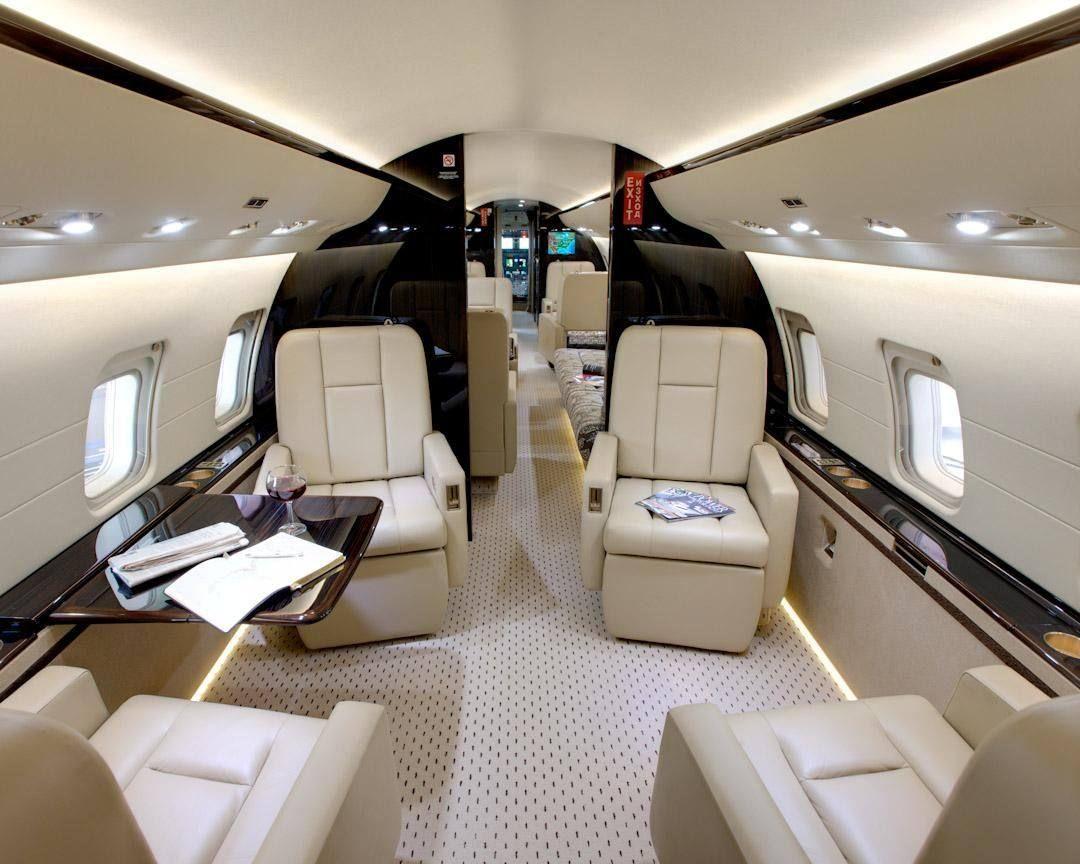 interieur d'un avion privé global 8000. Sièges en cuire, blanc, confort