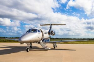 Jet privé Phenom 100 à l'arret sur le tarmac de l'aéroport