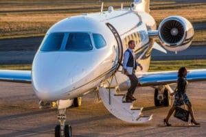 Cessna Latitude au Parking avec des passagers qui descendent