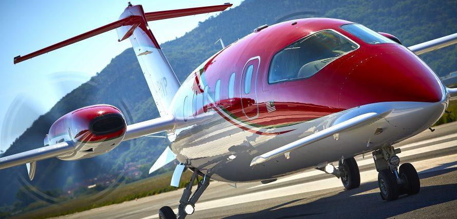 Piaggio Aerospace avanti evo P180 avec des montagnes