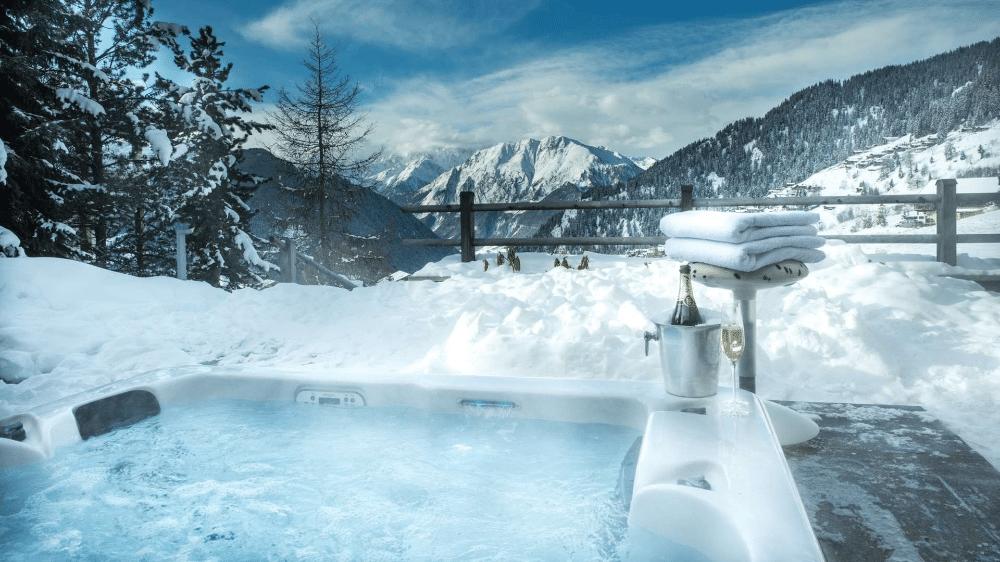 Vue sur la station de ski de Verbier depuis un jacuzzi