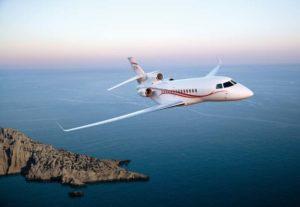 Le jet privé Dassault Falcon 7x qui vole au-dessus de la mer