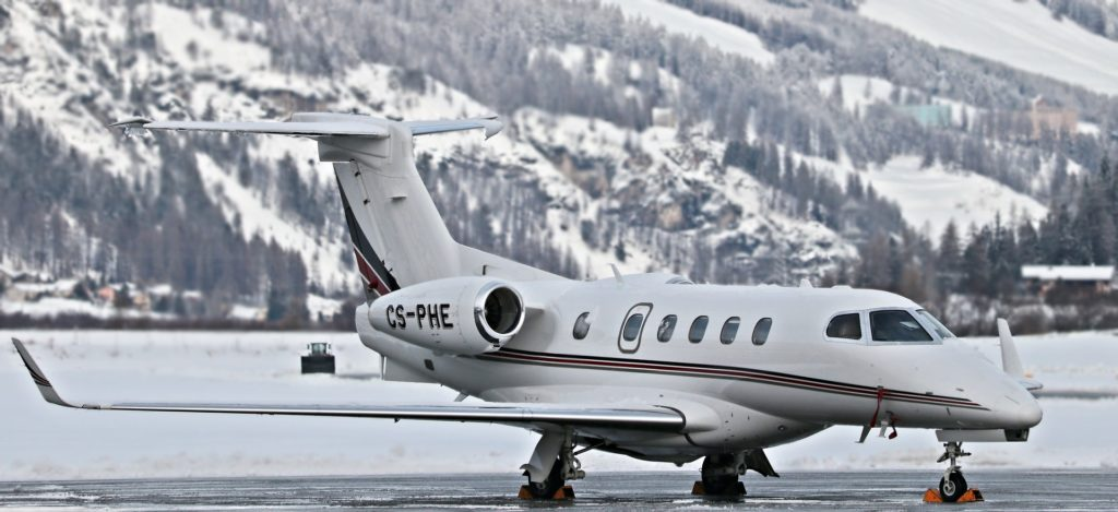Jet privé sur le tarmac à Saint-Moritz avec des montagnes enneigées