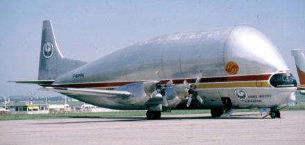 Avion cargo Super Guppy en train de décoller